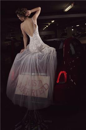 שמלת כלה עם חלק עליון מתחרה וחלק תחתון מטול