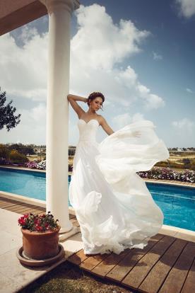 שמלת כלה עם מחשוף לב וחצאית שיפון