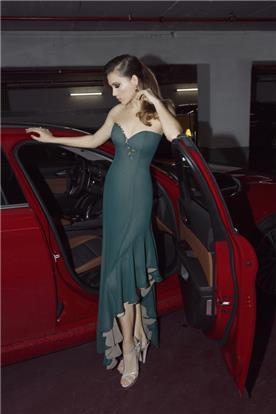 שמלת כלה עם חצאית אסימטרית