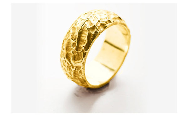 טבעת זהב צהוב בעלת מרקם ייחודי