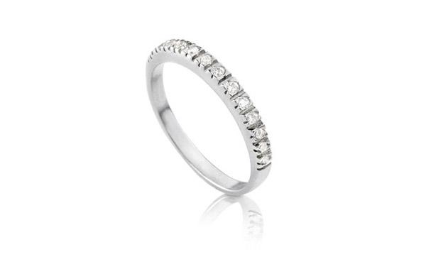 טבעת עדינה משובצת לכלה