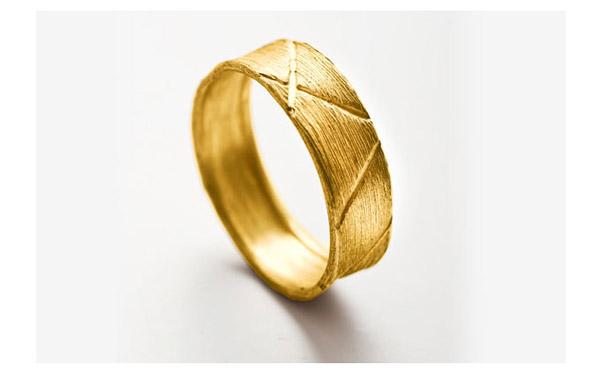 טבעת נישואין מעוטרות קווים