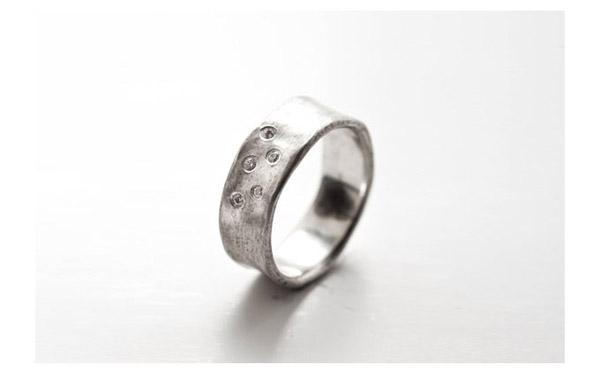 טבעת זהב לבן משובצת עבה