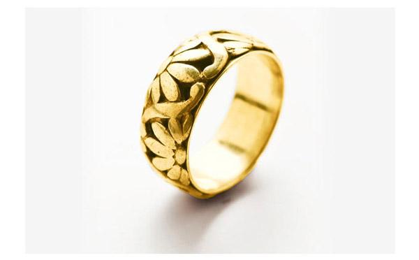 טבעת עדינה עם תבליט פרחים