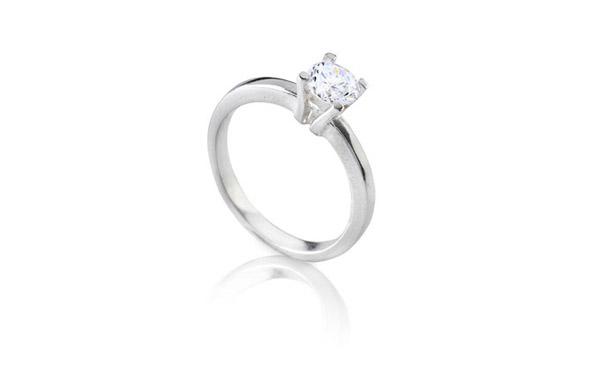 טבעת אירוסין נוצצת לכלה