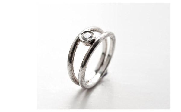 טבעת משובצת שני חישוקים