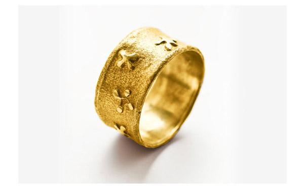טבעת עם תבליט פרחים