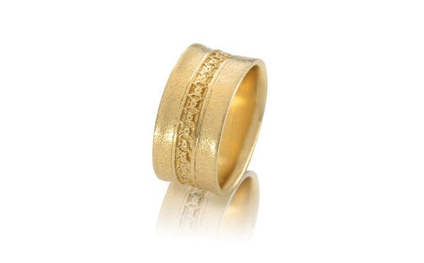 טבעת זהב מעוטרת פרחים עדינים