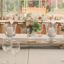 שולחן מעוצב עם נרות ופרחים