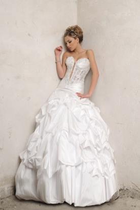 שמלת כלה נפוחה כיווצים בחצאית