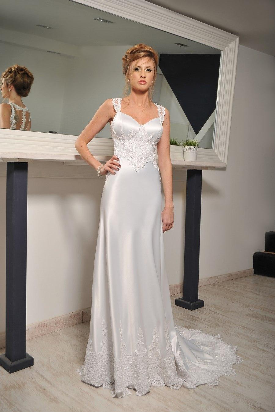 שמלת כלה: קולקציית 2019, שמלת סאטן, שמלה בסגנון רומנטי, שמלה בסגנון עדין, שמלה עם תחרה, שמלת משי, שמלה עם שובל, שמלה בגזרה גבוהה, שמלה בצבע לבן, שמלת מקסי - עידן בלבן