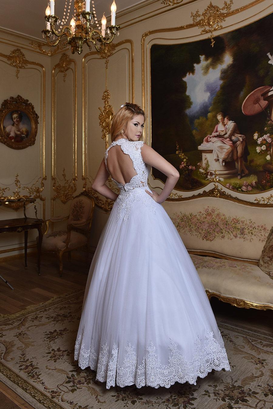 שמלת כלה נפוחה עם גב פתוח
