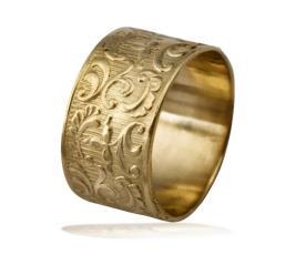טבעת נישואין רחבה עם פרחים