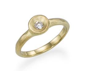 טבעת אירוסין יהלום על צלחת