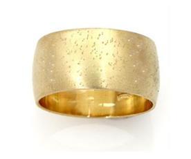 טבעת נישואין קמורה עם ריקועים