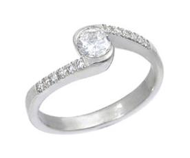 טבעת אירוסין מפותלת עם יהלומים