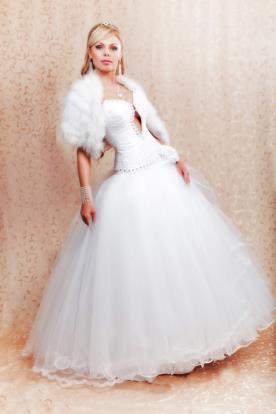 שמלת כלה עם עליונית פרווה