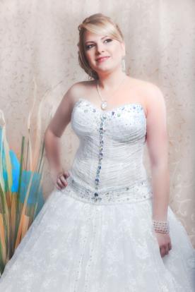שמלת כלה עם אבנים צבעוניות