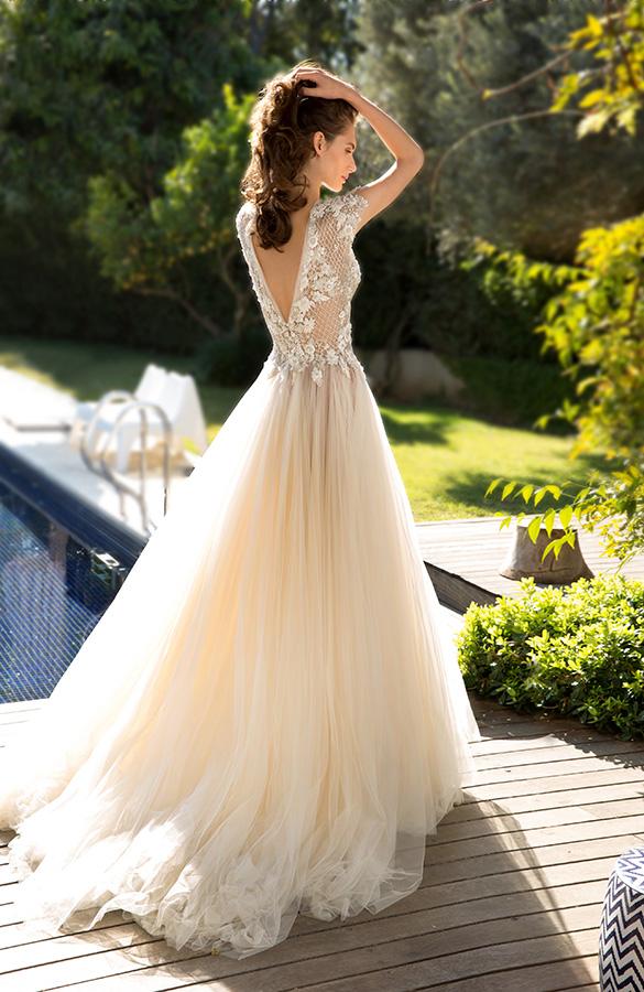 שמלת כלה בצבע קרם ופרחים בלבן