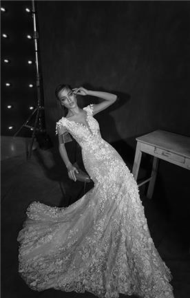שמלת כלה: קולקציית 2018, שמלה בסגנון רומנטי, שמלה עם תחרה, שמלה עם מחשוף, שמלה עם שובל, שמלה בצבע לבן - עמנואל