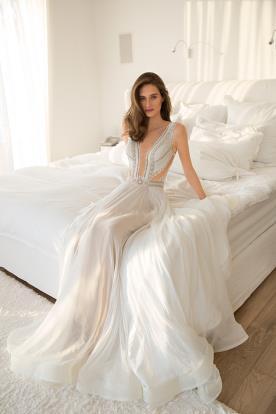 שמלת כלה פתוחה בצדדים ומחשוף