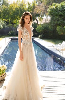 שמלת כלה בצבע קרם עם שרוולים וחגורה