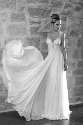 שמלת כלה עם שובל רחב וכתפיות תחרה