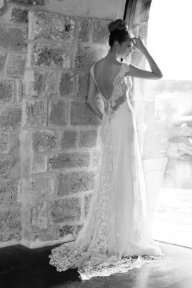 שמלת כלה עם פס תחרה בגב ושובל