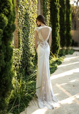 שמלת כלה עם כיווצים ושובל
