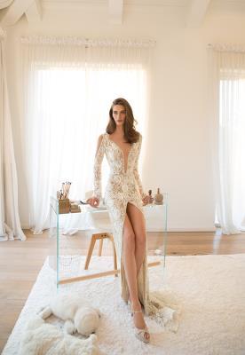 שמלת כלה מתחרה עם שסע עמוק