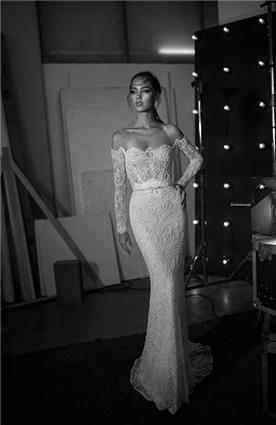 שמלת כלה: קולקציית 2018, שמלה בסגנון רומנטי, שמלה עם תחרה, שמלה עם מחשוף, שמלה עם מחוך, שמלה עם שרוולים, שמלה בצבע לבן - עמנואל