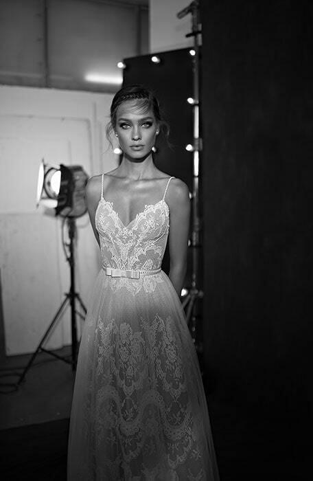 שמלת כלה: קולקציית 2019, שמלה עם כתפיות דקות, שמלה בסגנון עדין, שמלה עם טול, שמלה עם מחשוף, שמלה בצבע לבן - עמנואל