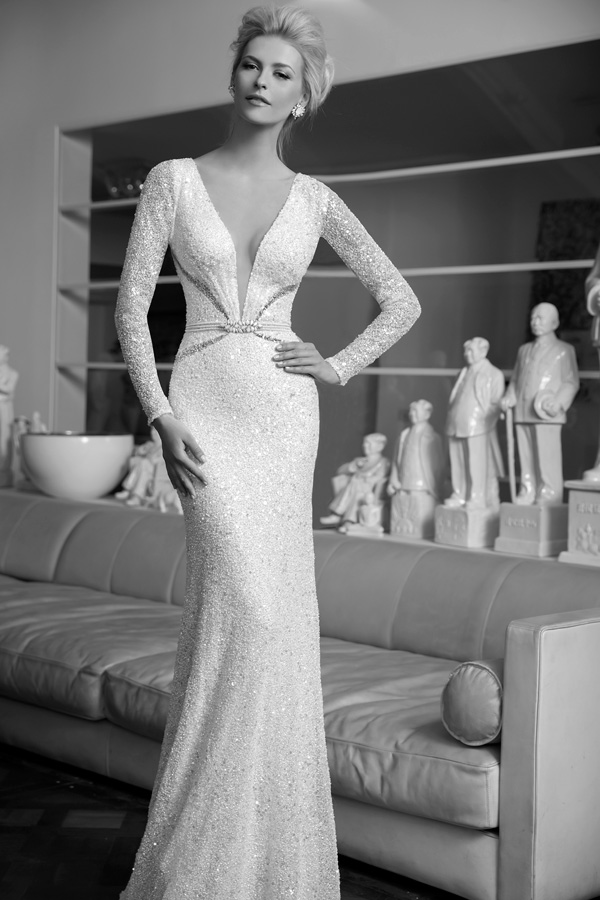 שמלת כלה עם פתחים דקים וחגורה