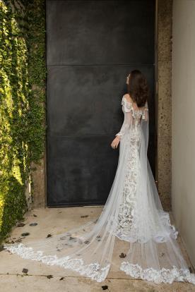 שמלת כלה נשפכת עם שובל עשיר