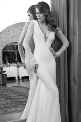 שמלת כלה עם מחשוף עמוק ושרוולים