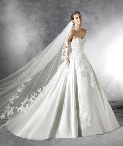 שמלת כלה נפוחה עם חגורת מותן