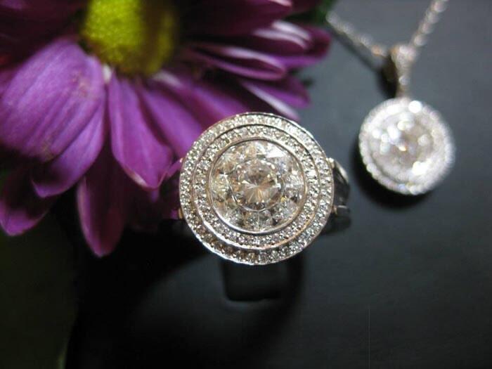 טבעת ותליון יוקרתיים משובצים יהלומים