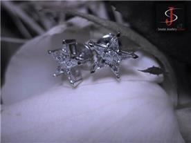עגילי כוכב בשיבוץ יהלומים.