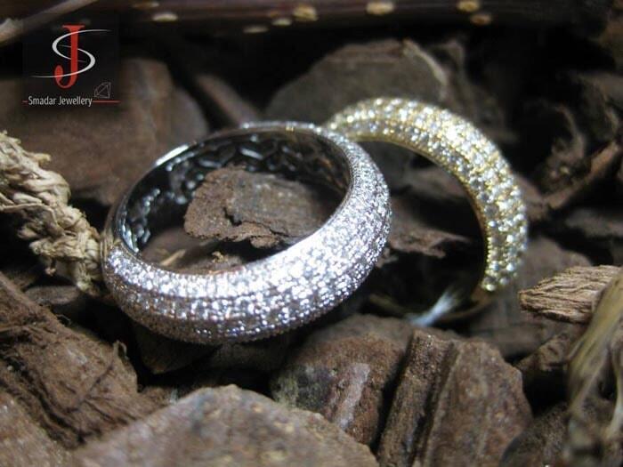 טבעות נישואין משובצות יהלומים.