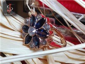 טבעת פרח בשיבוץ אבני חן
