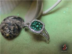 טבעת יוקרתית בשיבוץ אמרלד ויהלומים