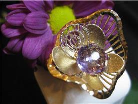 טבעת זהב מודרנית בשיבוץ אבן חן