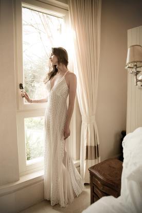 שמלת כלה: שמלת שיפון, שמלה בגזרה נשפכת, שמלה עם כתפיות דקות, קולקציית 2016, שמלה בסגנון רומנטי, שמלה בסגנון קלאסי, שמלה בסגנון עדין, שמלה בסגנון כפרי, שמלה בסגנון בוהו שיק, שמלה עם תחרה, שמלה עם מחשוף, שמלה בצבע שמנת, שמלת מקסי - גליה למל שמלות כלה וערב