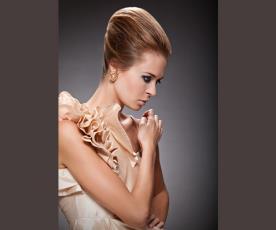 שיער אסוף מוגבה ואיפור דרמטי