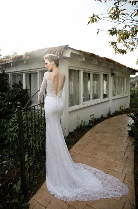 שמלת כלה עם גב חשוף עמוק