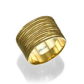 טבעת רחבה עם חריטות עדינות