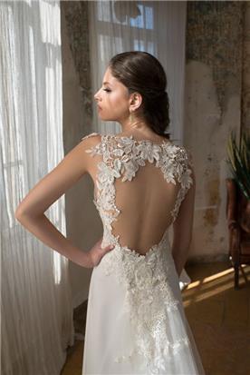 שמלת כלה: שמלה בסגנון רומנטי, שמלה בסגנון קלאסי, שמלה עם תחרה, שמלה עם חרוזים, שמלת משי, שמלה עם גב חשוף, שמלה בצבע לבן, קולקציית 2017 - אילה עמרני