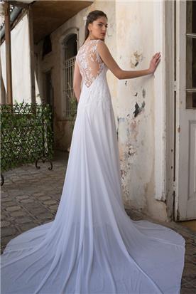 שמלת כלה בעיצוב נקי עם שובל חלק