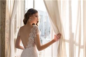 שמלת כלה: שמלה בסגנון רומנטי, שמלה בסגנון קלאסי, שמלה עם תחרה, שמלה עם חרוזים, שמלה עם גב חשוף, שמלה בצבע לבן, קולקציית 2017 - אילה עמרני