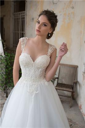 שמלת כלה עם גב פתוח וחצאית מנופלת